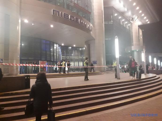 ВКиеве с ж.д. вокзала экстренно эвакуировали 2000 человек