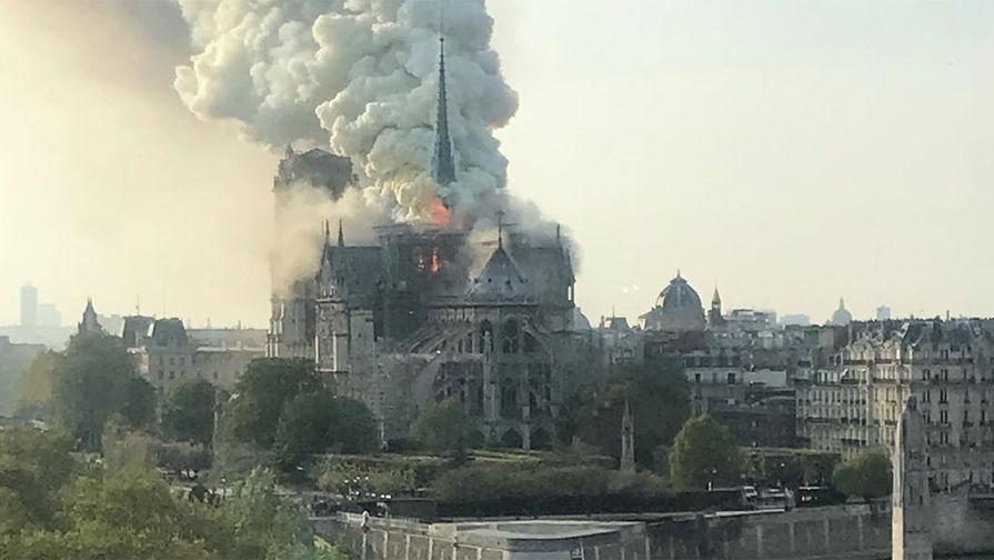 Пожар в Нотр-Дам-де-Пари, 15 апреля 2019 года. Фото: Thibault Camus/AP