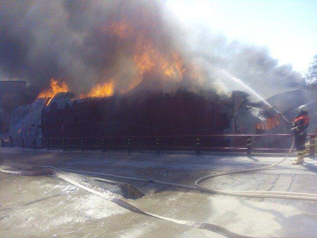 Масштабный пожар. Под Киевом полыхает суконная фабрика