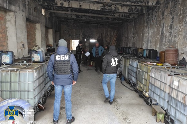 На подпольном НПЗ изъяли тысячи литров контрафактного топлива