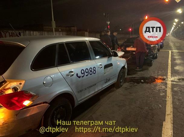В Киеве водитель такси устроил ДТП: пострадала беременная женщина