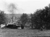 Палаючий радянський танк КВ-1 та угорський солдат в окопі під Харковом. Весна, 1942 рік / Фото: memory.gov.ua