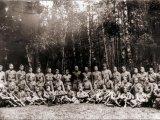 Випускники підстаршинської школи при ВО Турів з інструкторами, 1943 рік / Фото: memory.gov.ua