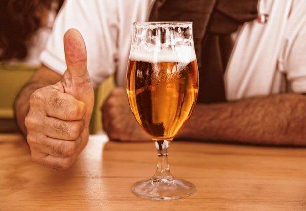 Медики объяснили, кому полезно пить пиво