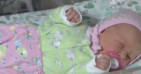 Мать бросила новорожденную в холодном подъезде (видео)