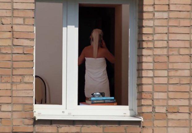 nemets-perevodom-podglyadivanie-v-okna-za-zhenshinami-video