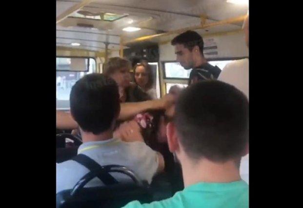 pristaet-k-parnyu-v-avtobuse-video