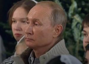 В Сети высмеяли нелепый наряд Путина в церкви (видео)