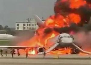 В России загорелся самолет с пассажирами (видео)