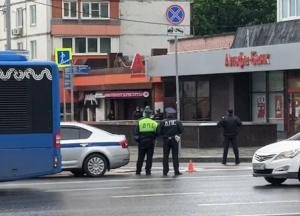 В Москве мужчина захватил заложника и угрожал взорвать банк (видео)