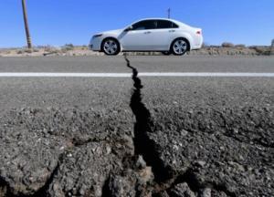 Мощное землетрясение и массовые пожары: в Калифорнии ввели режим ЧС (фото, видео)