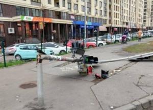 В Киеве из-за сильного ветра рухнул светофор (фото)