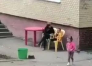 Била по лицу и трясла: в Одессе воспитательница детского сада издевалась над ребенком (видео)