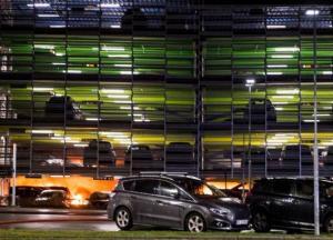 В Норвегии пожар на парковке уничтожил сотни автомобилей (фото, видео)