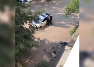 В Днепре мужчина с камнем напал на людей