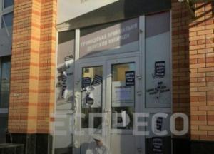 Дверь в приемную депутатов Киевсовета залили монтажной пеной, а возле входа повесили чучело (фото)