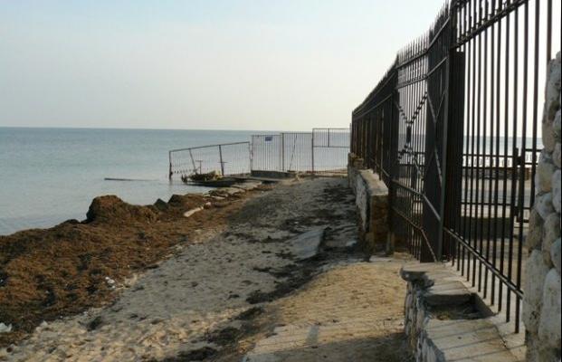 Кто и как пляжи у крымчан отбирает