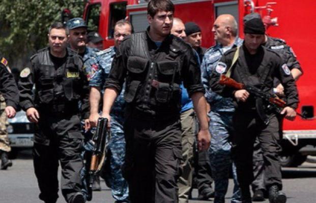 Силовики 2-ой день просят сдаться захватчиков милиции вЕреване— Армения
